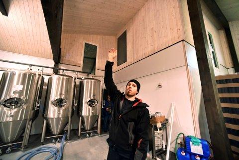 Håvard Grjotheim har planer om ein ekstra etasje med pøbb og serveringslokale over bryggeriet. Det er tillaga inngangsdører.