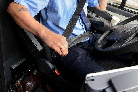 Fire av ti i alderen 15-20 år mener det er sosialt akseptert ikke å feste beltet i bussen, ifølge en ny undersøkelse.