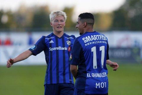 Stabæks Yassine El Ghanassy blir gratulert av Birger Meling etter 3-2 scoringen mot Strømsgodset tildligere i år. Vi tror det blir mer Stabæk-jubel mot formsvake Sarpsborg sønndag.