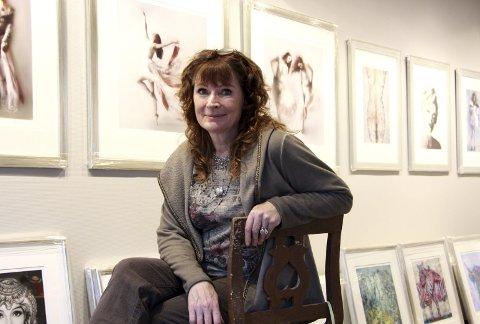 Juleutstilling: Billedkunstner Liz Ravn høster lovord for bildene sine. Alt fra ballettdansere, landskap og dyr, til John Lennon (se s. 13) er blant motivene. Foto: Mariann L. Dahle