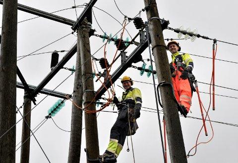 Ofte strømbrudd: Montører reparerer en feil ved Bratte bakke på Vesterøy. Strømnettet på Hvaler trenger sårt en oppgradering. (Arkivfoto: Trond Thorvaldsen)