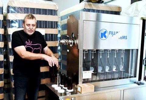Olav Grjotheim er snart klar til å tappe det første eigenproduserte Lomb-ølet over på halvflitersflasker.