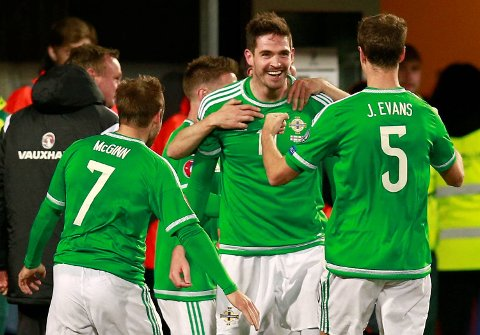 Kyle Lafferty og Nord-Irland kan ta seg til EM med seier over Hellas torsdag. Det tror vi de klarer!