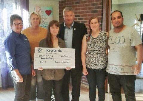 GAVE: Kiwanis Svelvik overrakte gave til MHU på 5000 kroner. Connie Vejlgaard, Tove Hakkebo, Ingrid Brun, Tore Opdal Hansen, Benedikte og Amdjed.