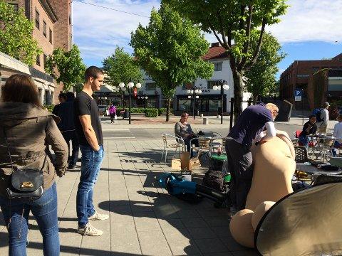 Philip van Eck venter spent mens kamerateamet gjør klar hans penis-for-en-dag-kostyme.