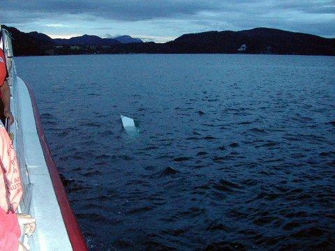 Slik lå fritidsbåten i vannet etter at Charles Klinge var berget om bord i «Erik Bye». Det var ikke mye han hadde å klamre seg fast til denne forholdvis kjølige natten.