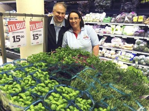 DET BUGNER: Det bugner av friske urter, viser Pål Jacobsen og Kari Anne Bratteli.