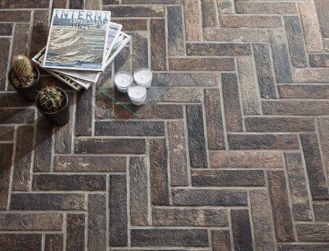 Vintagetrenden er fortsatt aktuell, med gulv med et slitt og røft utseende. Også gulvene som imiterer, etterstreber et røft utseende fra betong, stein, tegl eller brukt treverk. Dette gjelder alt fra laminat, til vinyl, fliser og tepper.