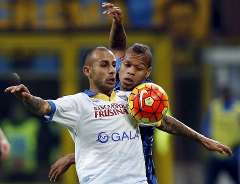 Football Soccer - Inter Milan v Frosinone - San Siro stadium, Milan, Italy- 22/11/15  Inter Milan's Jonhatan Biabiany (R) in action against Danilo Soddimo of Frosinone  REUTERS/Alessandro Garofalo