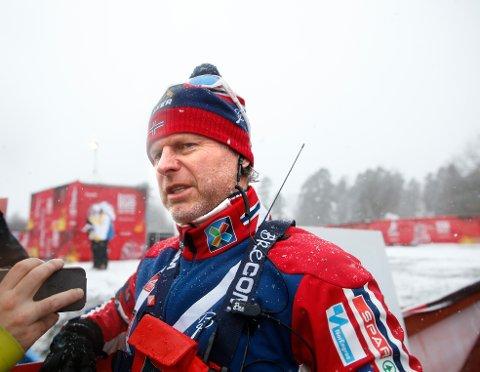 Det er slik vi kjenner Åge Skinstad. I samtale med norske pressefolk som langrennssjef i Norges Skiforbund.