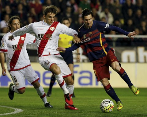 Rayo Vallecano v Barcelona - Spanish Liga BBVA - Vallecas stadium, Madrid, Spain - 3/3/16 Barcelona's Lionel Messi (R) and Rayo Vallecano's Diego Llorente in action. REUTERS/Sergio Perez