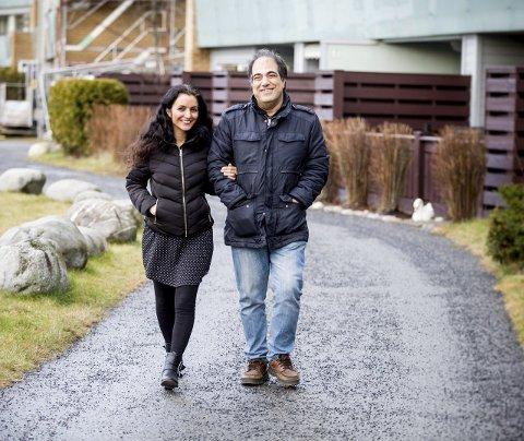 Hjemme: Seyran Sharif Sade sammen med mannen Payam Sami utenfor leiligheten på Jessheim. Her trives hun godt.Foto: Tom Gustavsen
