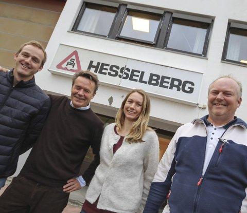 Gjør det selv: De ansatte på Hesselberg Bygg i Moss er kjent for sine innovative produkter. Fra venstre: Floris J. Kanbier, Erik Grønner, Camilla Karlsen og Terje K. Eklund.