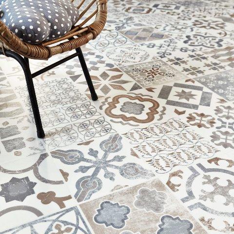 Orientalske mønstre i vakre grå nyanser er populære både på kjøkkenet, i gangen og på badet.