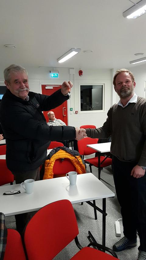Svein Ole Lappen overtar nøklene til hallen fra Torger Juel Fosse.