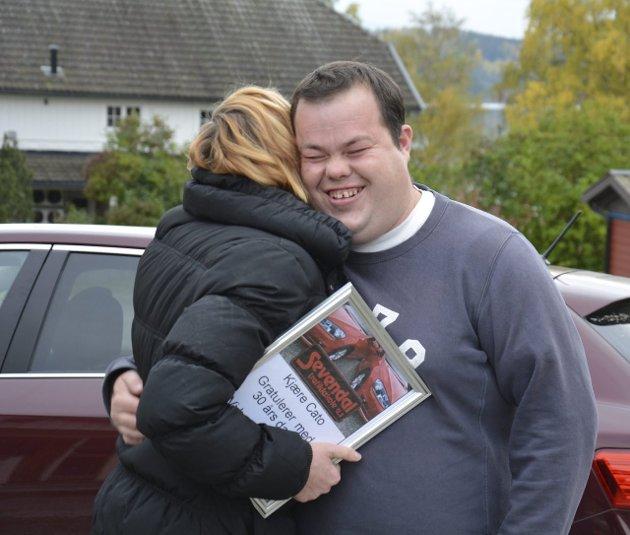Gratulerer: Anne Marthe hagen fikk en god klem av Cato som takk for gaven.