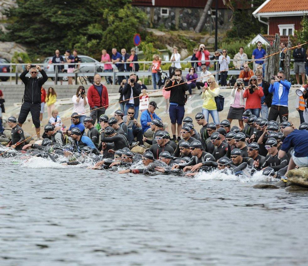 Kaster seg ut i det: Rundt 1.000 deltagere skal i aksjon på Hvaler denne helgen. For triathlon-utøverne er svømming ofte det mest krevende. arkivfoto: Kent inge Olsen