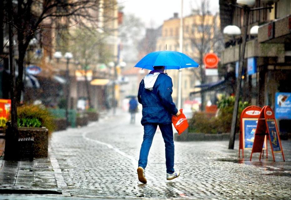 Du kan trolig ikke pakke bort paraplyen helt i helgen heller...