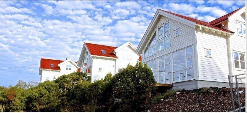 Populært: De nye husene er i ferd med å reise seg ved Dypedal på Spjærøy,  med nærhet til Skjelsbosundet.  Foto: Foss & Co