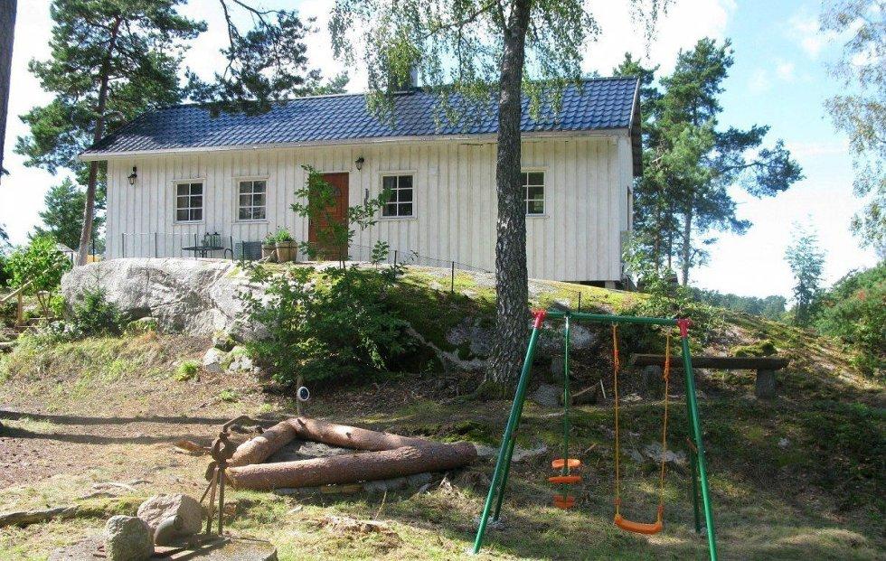 Skjæløy: Like ved Skjæløysundet leies denne hytta ut. åtte sengeplasser – pris for en ukes leie er 8.000 kroner i høysesongen.
