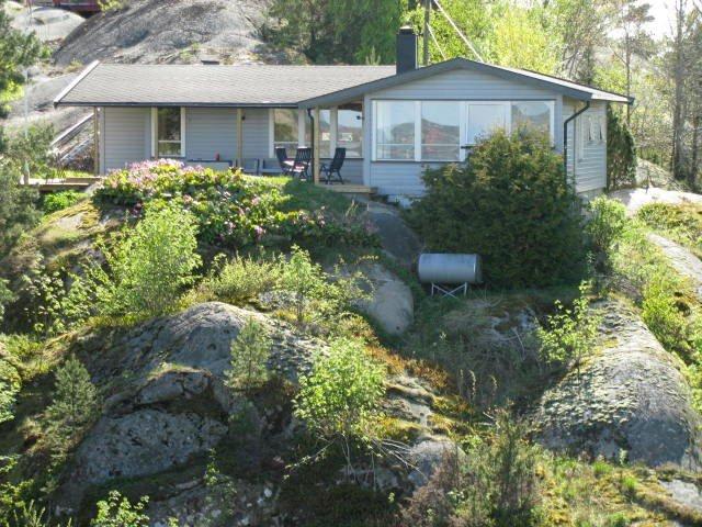 Kirkeøy: Seks soveplasser, 105 kvadratmeter, sjøutsikt og beliggenhet rett ved vannet koster fra 5.000 til 11.000  kroner i denne hytta ved Ed.