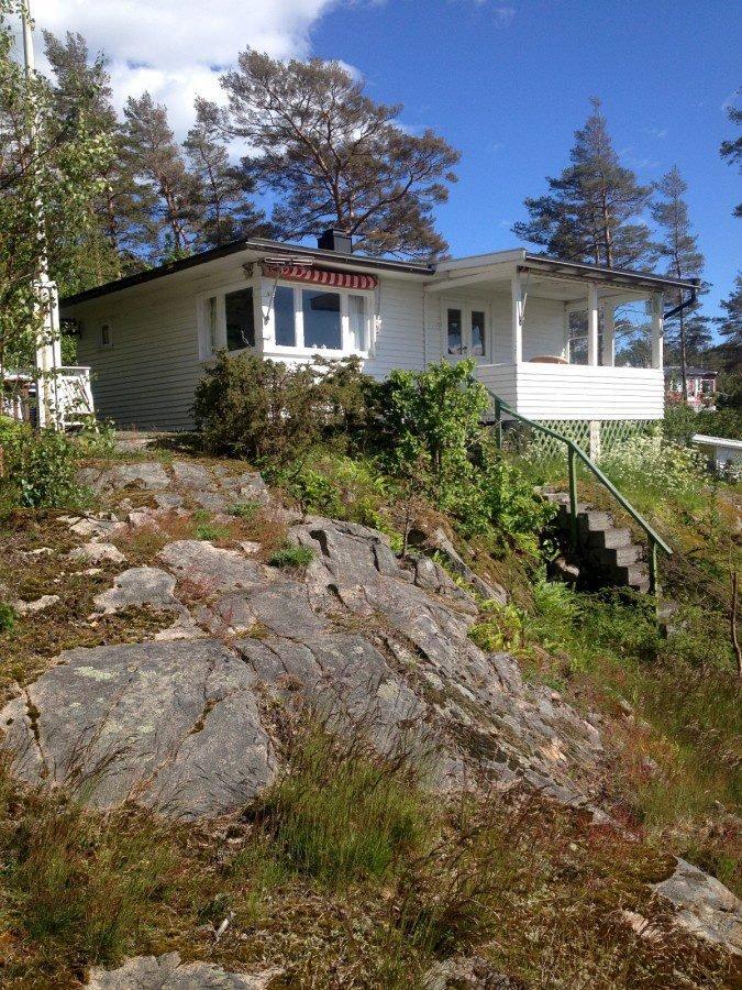 Engelsviken: 50 kvadratmeter, fire sengeplasser og 20 meter til svabergene koster for 4.500 kroner for en uke på denne hytta.