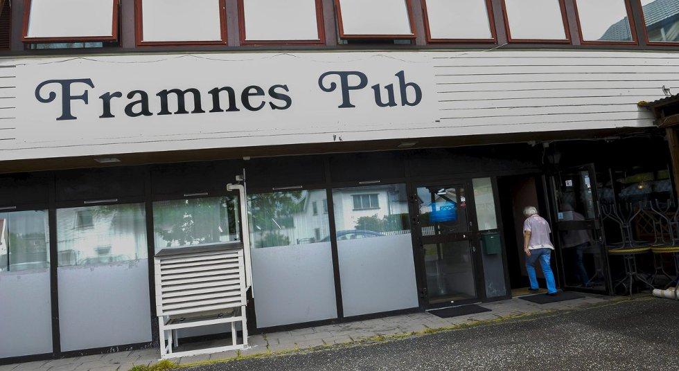 Det er vasket, malt og lagt nytt gulv i puben, så nå er nesten alt klart til den nært forestående nyåpningen av puben på Framnes.