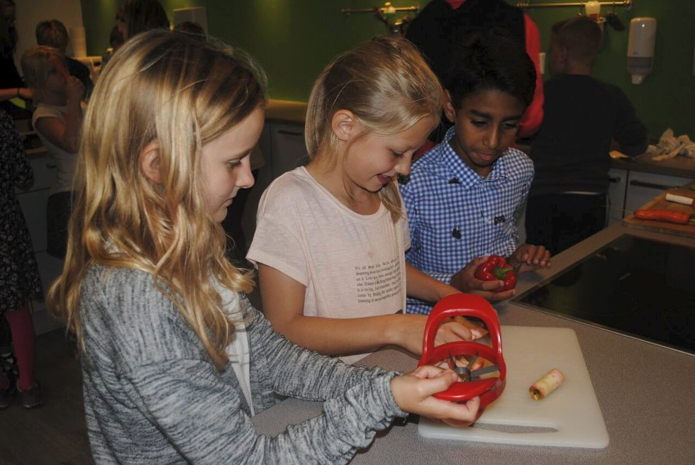 DELTE EPLER: Iselin, Vilde og Abraham samarbeidet om å dele epler.