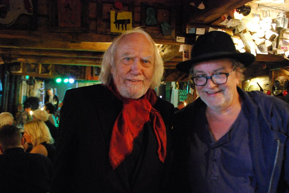 Oddvar Torsheim og Erik Blindheim har gledet seg lenge til kveldens konsert. Før området åpner hygger de seg på Nøsteboden sammen med andre fans.