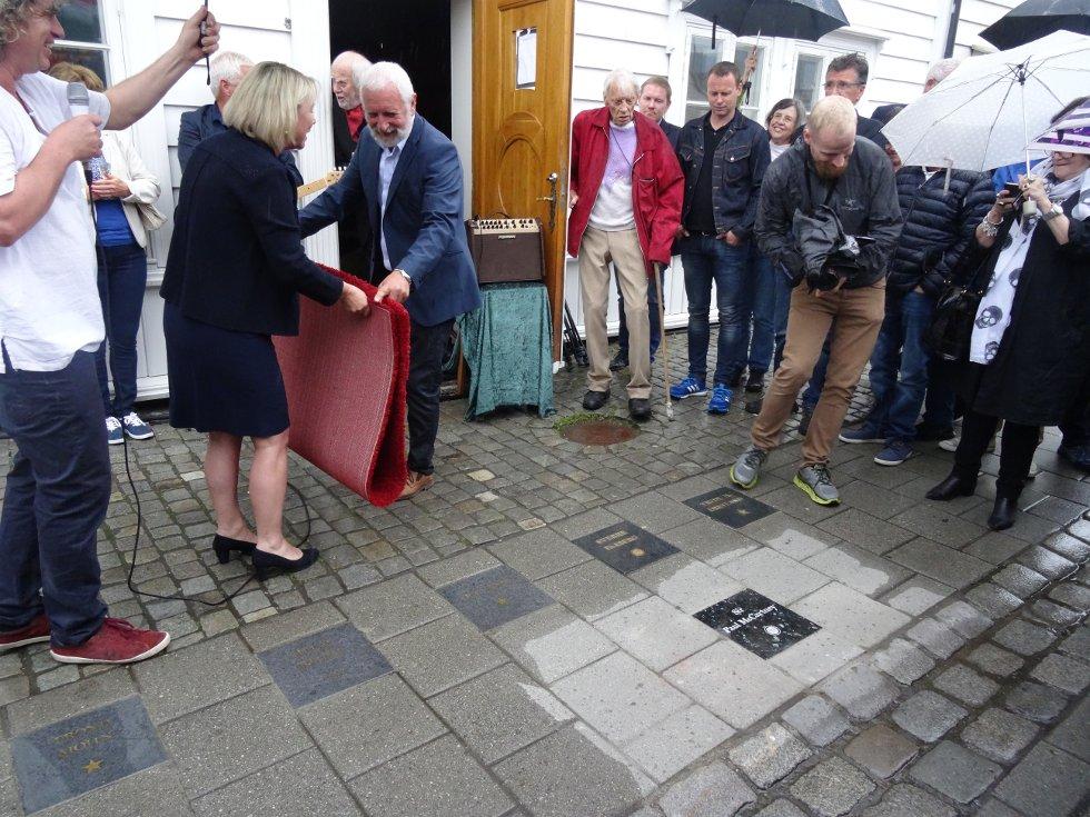 """I dag fikk Koengens stjerne, Paul McCartney, sin egen stein på Bergens """"Walk of Fame"""". Bilde er fra dagens avduking i Nøstegaten, tvers over Nøsteboden, som er tilholdsstedet til """"Bergen Beat Club"""". Monika Mæland fikk æren a å avduke stenen. Hovedpersonen selv kunne ikke være til stede, dessverre."""