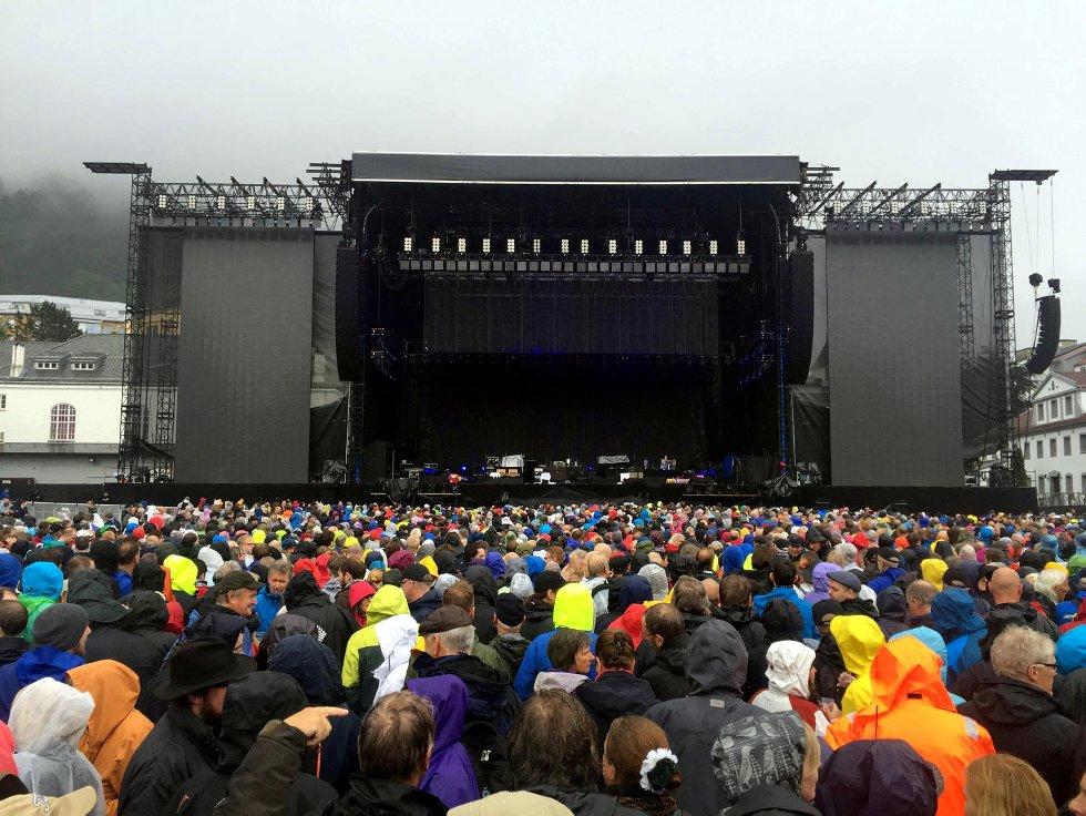 Her er det 30 minutter til Paul McCartney skal gå på scenen og folk venter spent, selv om det regner.