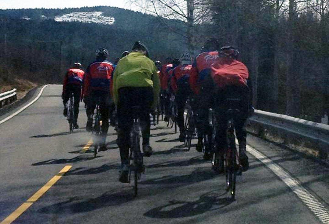 Bilderesultat for syklister midt i veien