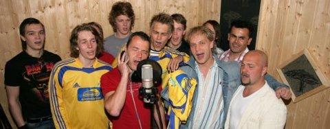 KOR: Spillerne la på kor til sangen fredag kveld. Vokalist Bernt Sætaberget (i rød skjorte) ledet allsangen.
