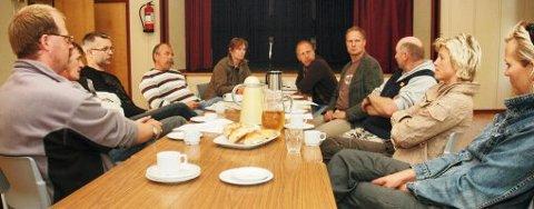 HUSAKSJON: Å kvitte seg med Spillum forsamlingshus er ikke rette vegen å gå, mente deltakerne på møtet om husets videre skjebne. Nå skal det settes i gang vedlikeholdsarbeid og innsamlingsaksjon. Fra venstre: Audun Hodø, Jan Mathisen, Geir Morten Valseth, Christian Linn, Bente Valseth, Åge Rygh, Arve Hansen, Birger Ekker, Eva Prytz Rein og Anja Brasøygård.