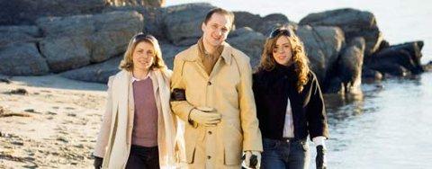 IDYLL: Trioen fra Senja har nå levd sammen i ett år, og beskriver et samliv som går på skinner. Annika og Suzanne er gode venninner, og Jon Bertelsen elsker dem begge. Her går de tur langs stranda på Bygdøy.