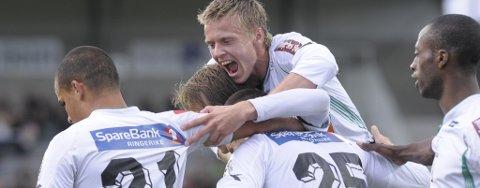 Lenart Steffensen feirer scoringen med nye lagkamerater han kjenner godt fra før.