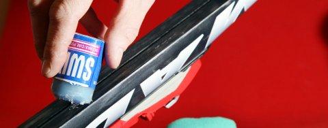 TIPS: Når skismurningen skal påføres skiene, er det lurt å ta bort mye av emballasjen. - Slik får man påført smurningen på skrått og får mye jevnere lag, forklarer Slåtto.