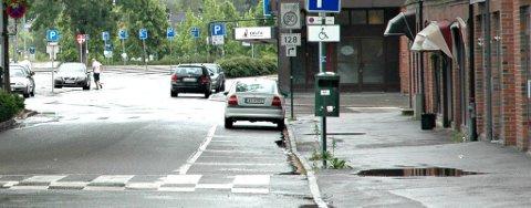 TISSET HER: En ung Askim-mann ble bøtelagt for å urinere på offentlig sted, her i Jernbanegata. ARKIVFOTO