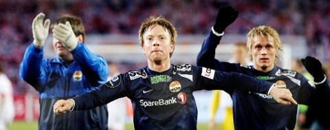 Fredrik Winsnes og Fredrik Nordkvelle feirer de tre poengene som førstnevnte sikret dem.