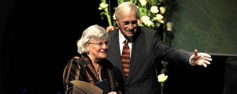 Nina Kari Monsen fikk Fritt Ords pris av Francis Sejersted, som er stiftelsen Fritt Ords styreleder.