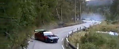 MINNEÅSEN: Gjennom flere blinde svinger på Minneåsen, mellom Eidsvoll og Hurdal, viser en video denne bilen i full bredsladd så dekkene legger igjen feite striper i asfalten.  Faksimile: YouTube
