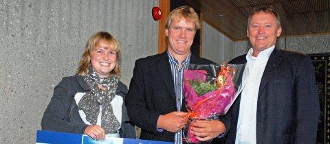 Hans Reidar Melby sammen med samboer Tina Haug og ordfører Knut Gustav Woie.