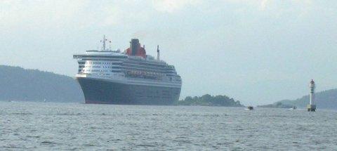 Queen Mary 2 på vei inn til Oslo.