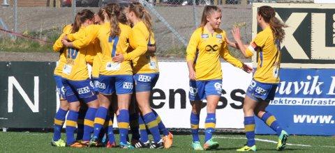 SLÅR RING OM MARTINE: Martine Flakk får et klapp på skuldra fra lagkaptein Solfrid Dahle, mens lagvenninnene jubler for et sensasjonelt poeng mot Norges beste lag, Stabæk.