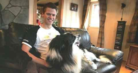 NYE EVENTYR: Steve Røkland og hunden Facer slapper av hjemme i sofakroken på Edsberg. Over nyttår begynner et nytt eventyr for 19-åringen. Da skal han begynne i jobben som testfører for Fords VM-team. Han tar også sikte på å kjøre VM-runde på hjemmebane i februar.