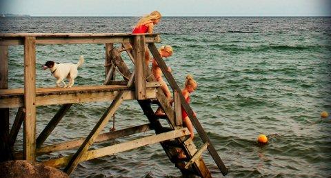NYMFER: Tre små badenymfer er på vei ut i vannet i Danmark.