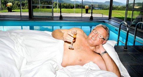 SKÅL FOR LIVET: Hva er vel bedre enn et glass champagne i soverommet og på bassengkanten når livet igjen begynner å skinne.
