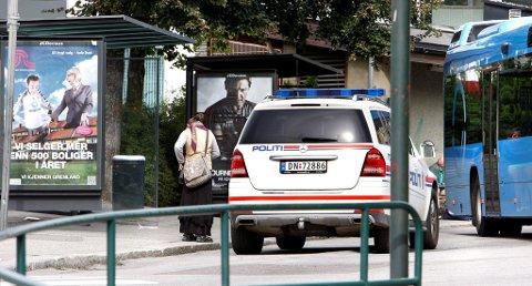 BORTVIST: Politiet måtte bortvise en rumensk kvinne som tigde og oppførte seg aggressivt mot passasjerer som ikke ville gi penger på Landmannstorget torsdag. Like etter at kvinnen ble bortvist var hun tilbake igjen.