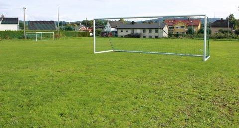 TRUET: Det var her, på fotballbanen til Skien Ballklubb, at fire gutter i 14-årsalderen ble knivranet natt til søndag 29. september.