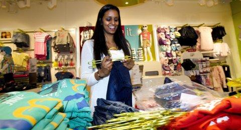 ORDEN I VITNEMÅLET: Janusha Baheerathan mener hun kan takke familien for å ha skapt en egen mentalitet i forhold til skolearbeid. Suksessen fra videregående bringer henne høyst sannsynlig inn på medisinstudiet fra høsten av. FOTO: ROAR GRØNSTAD
